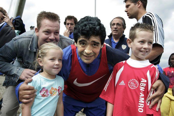 Diego Maradona met Mark van der Star (linksachter) en Danny van den Bosch (in Ajax-shirt).