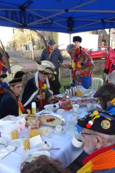 Al 33 jaar ontbijtje in de kou: dus extra feestje voor Krabberdonks Ontbijt Tiem
