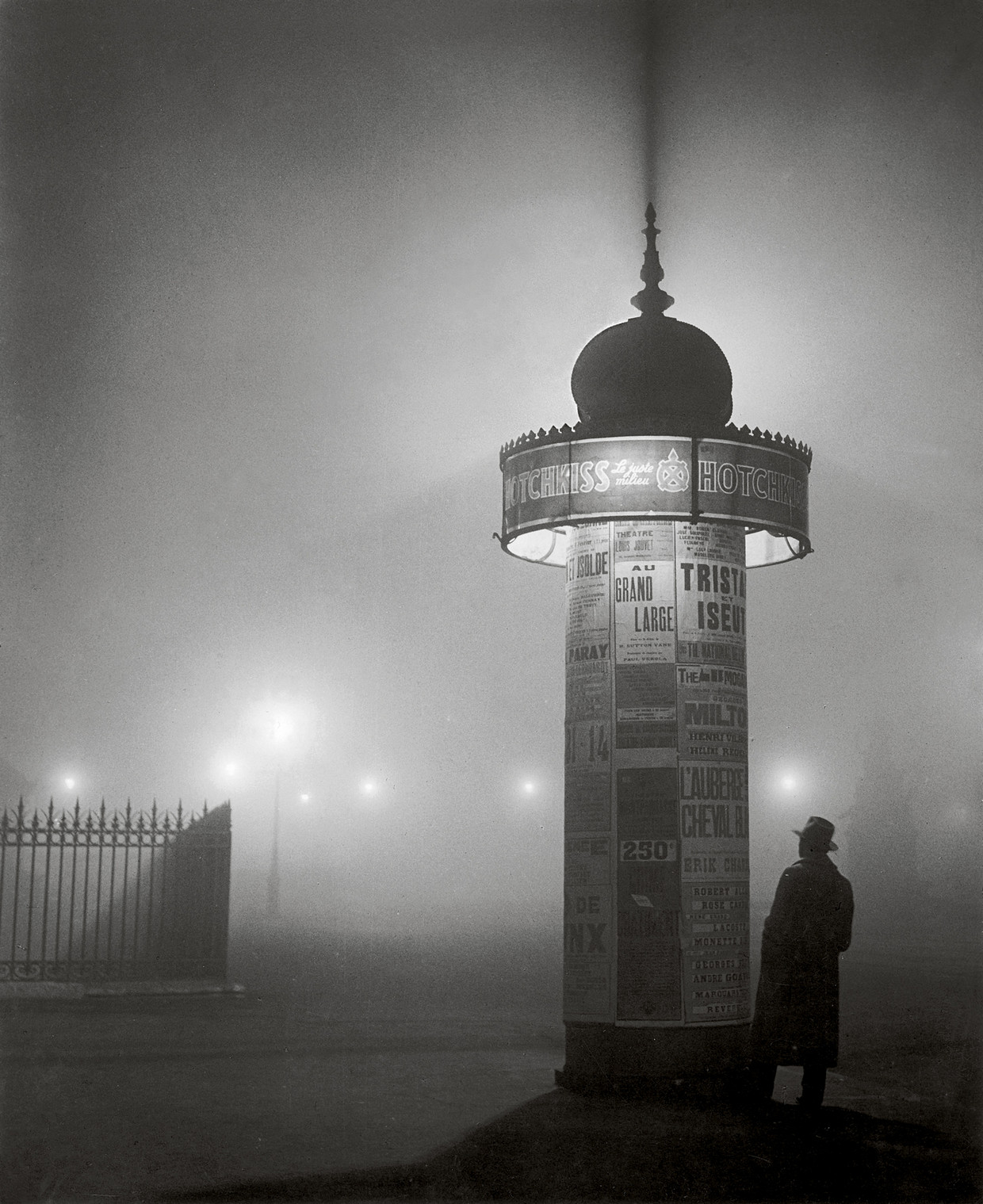 Morris Column, avenue de l'Observatoire, 1934 © Estate Brassaï Succession