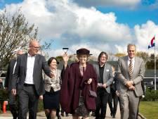 Beatrix onthult tegelkunstwerk in Bergeijk