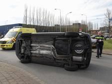 Bus kantelt na aanrijding in Breda: bestuurder moet naar het ziekenhuis