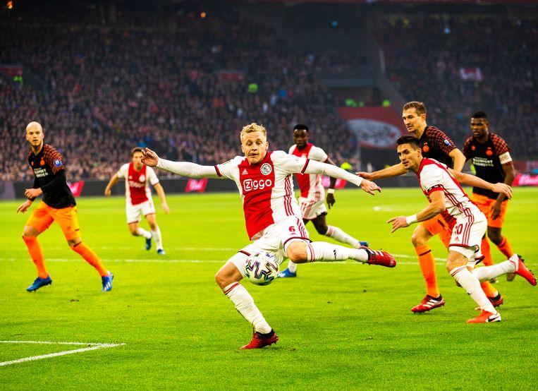 Donny van de Beek haalt uit in het strafschopgebied van PSV. Beeld Jiri Buller