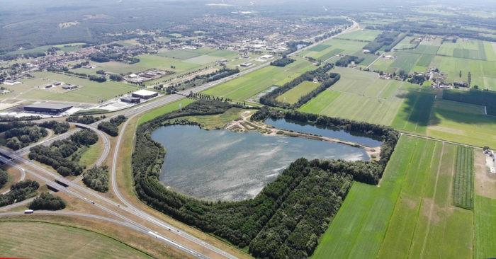 De voormalige zandwinplas aan de Middeldijk in Hattemerbroek verandert van slibdepot naar drijvend zonnepark. Het water is gelegen in de oksel van de A50 en A28.