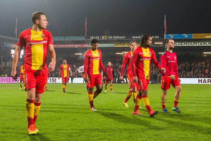 De Go Ahead Eagles-spelers Xandro Schenk, Joey Groenbast, Kevin Brands, Kenny Teijsse en Lars Lambooij (vlnr) verlaten teleurgesteld het veld na de nederlaag in de KNVB-beker tegen Jodan Boys.