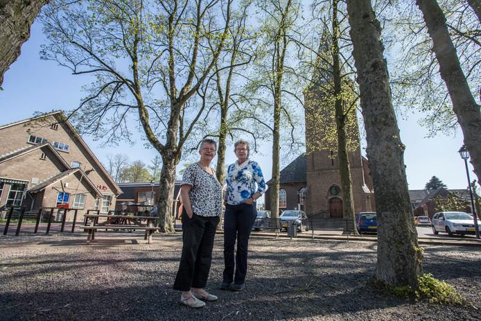 Zorgcoördinator Anneke Maandag (rechts) en voorzitter  Ali Brinkman  van de Vereniging Zorg en Welzijn Almen in de dorpskern.