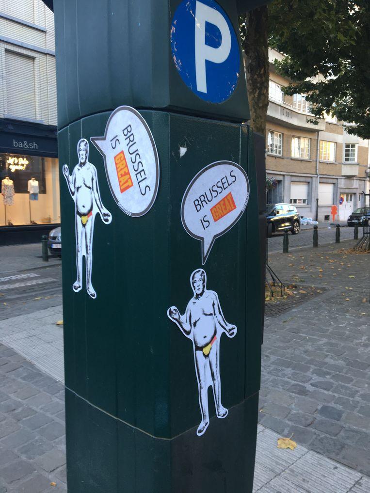 Op verschillende plaatsen in Brussel werden vanochtend deze stickers aangetroffen.