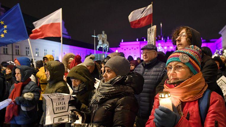 Duizenden Polen verzamelen zich in Warschau bij het Presidentieel Paleis om te demonstreren tegen de wetten Beeld afp