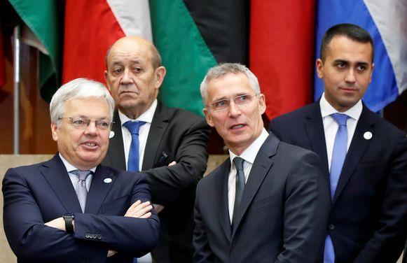 Didier Reynders (links) praat met de secretaris-generaal voor de NAVO Jens Stoltenberg (tweede van rechts) in Washington tijdens een fotomoment.