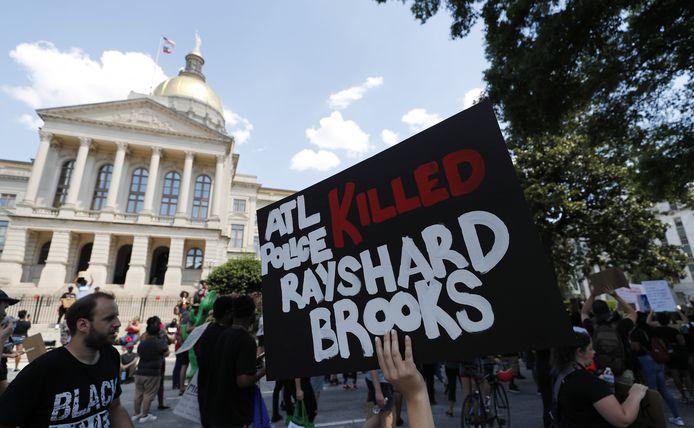 Demonstranten protesteren bij het Georgia Capitol nadat de 27-jarige Rayshard Brooks werd gedood bij een confrontatie met de politie.