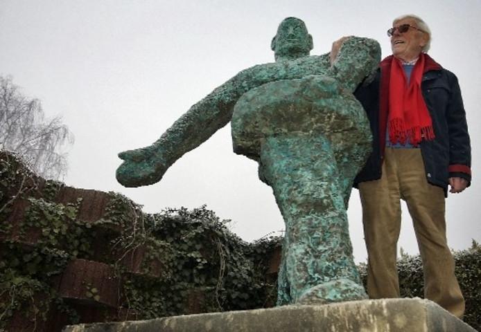 De Apeldoornse kunstenaar Harry Meek bij zijn beeld De Zaaier. Foto YVONNE PIETERS