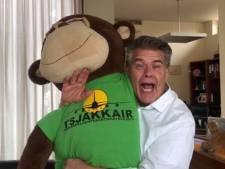 Zwolse prins carnaval Emile Ratelband laat zich arresteren na 'ontvoeren' zoontje