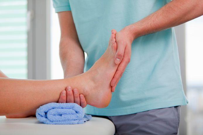 Het Openbaar Ministerie verdenkt een 29-jarige fysiotherapeut uit Rotterdam ervan zich vorig jaar tijdens een behandeling aan twee cliënten te hebben vergrepen.