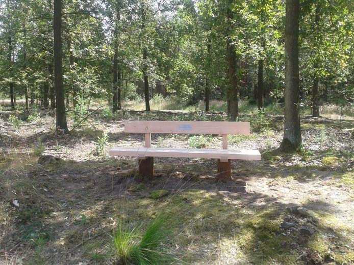 Een sponsorbank in de stijl die ook gaat gelden voor het bomenpark bij Heesch.