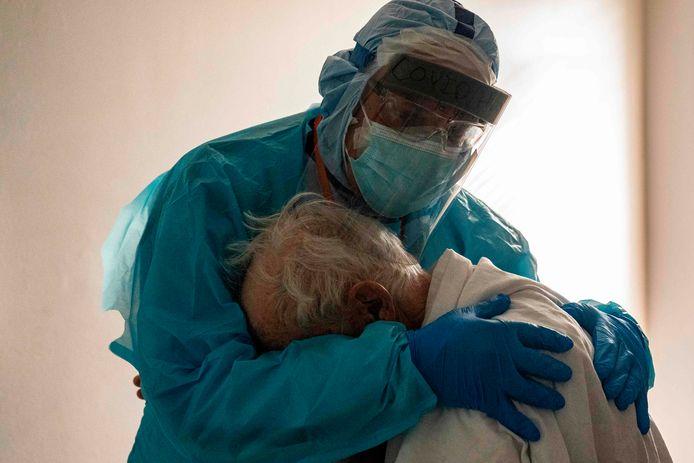 De foto die zoveel mensen heeft geraakt: hoofdarts Joseph Varon troost een oudere man op de corona-afdeling van een ziekenhuis in Houston (Texas).