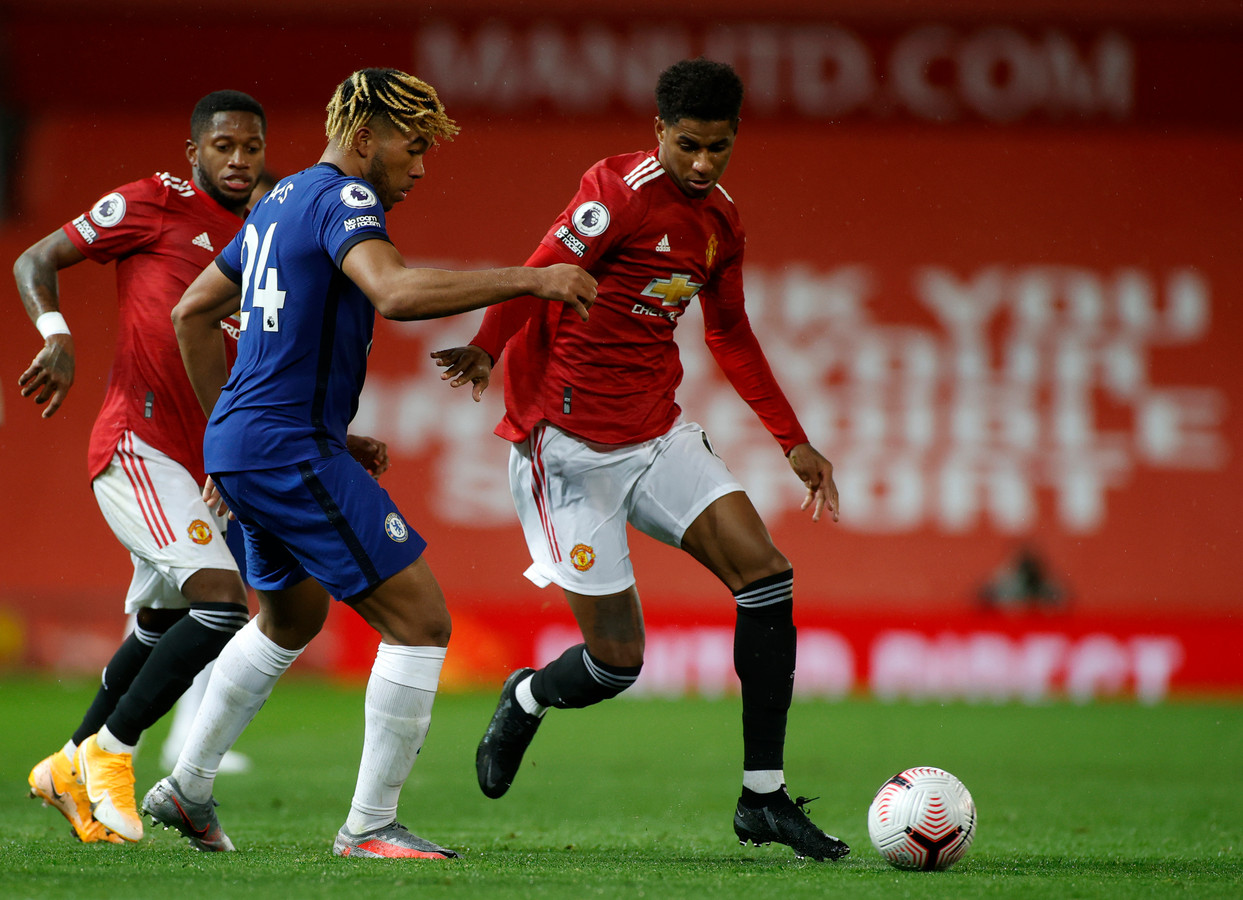 Marcus Rashford in duel met Reece James.
