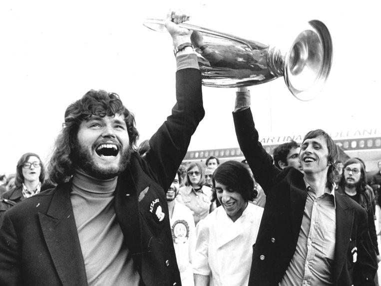 Barry Hulshoff en Johan Cruijff brengen de Europacup weer op Nederlandse bodem. De Ajacieden arriveerden donderdag uit Belgrado. Beeld ANP
