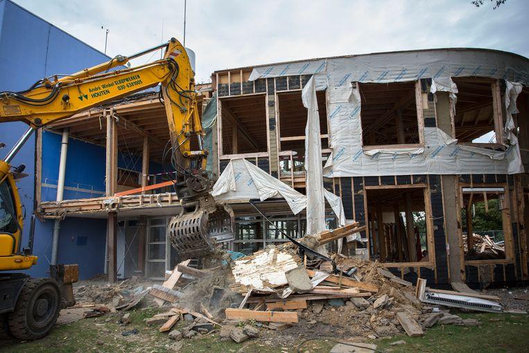 Het laatste deel van de ontmanteling van het gebouw van Rijkswaterstaat in Terneuzen. Het materiaal wordt gebruikt voor de nieuwe jeugdkliniek in Kloetinge. Beeld arie kievit