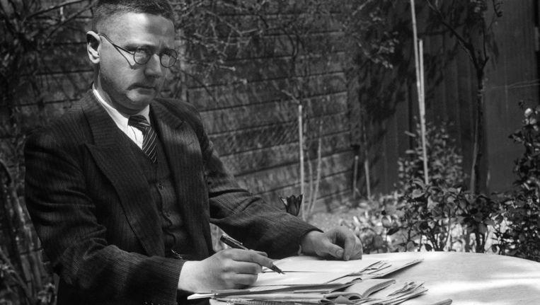 Vestdijk in 1936 in zijn Utrechtse achtertuin Beeld anp