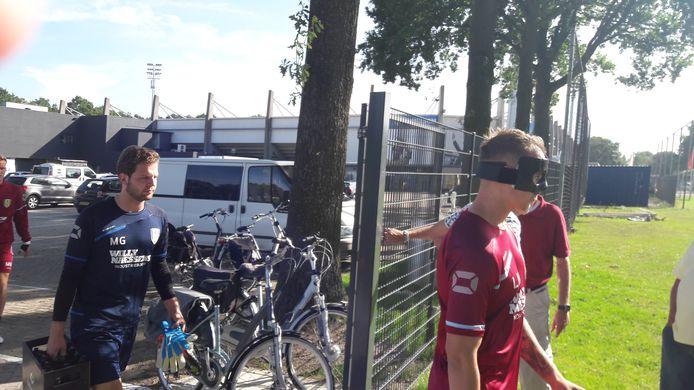 Lars Nieuwpoort brak deze week zijn neus. Die is recht gezet. Hij draagt nu een masker.