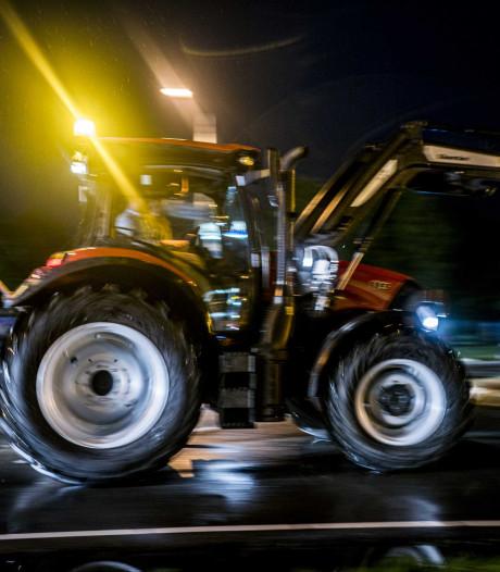 Al 300 kilometer file door boerenprotest, politie stopt vijftien boeren op weg naar het Binnenhof