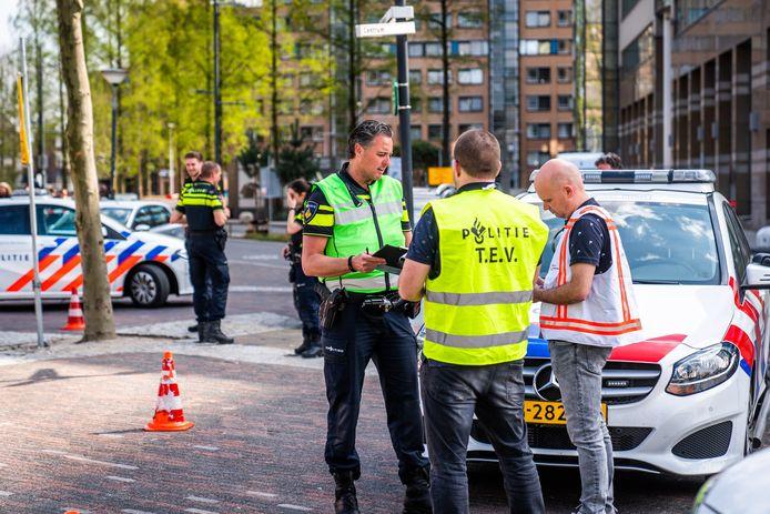 Overleg na de bommelding in Eindhoven.
