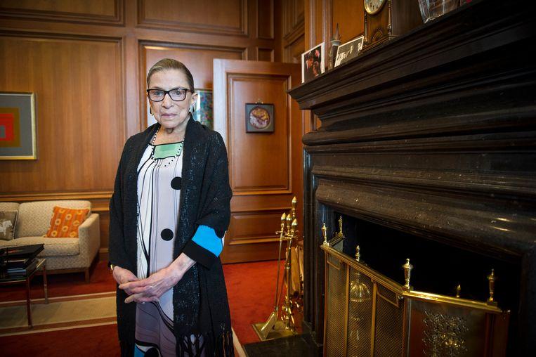 Ruth Bader Ginsburg in 2014 in haar kamer in het Supreme Court in Washington.  Beeld AP