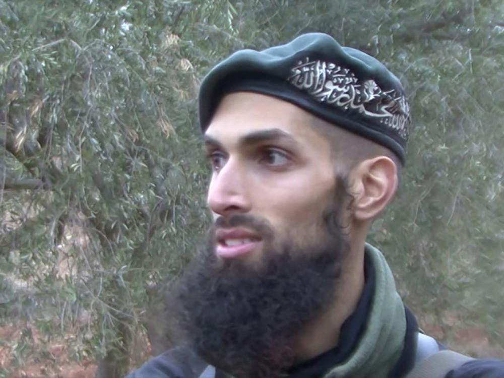 Yilmaz als Nederlandse soldaat en als jihadist in Syrië.