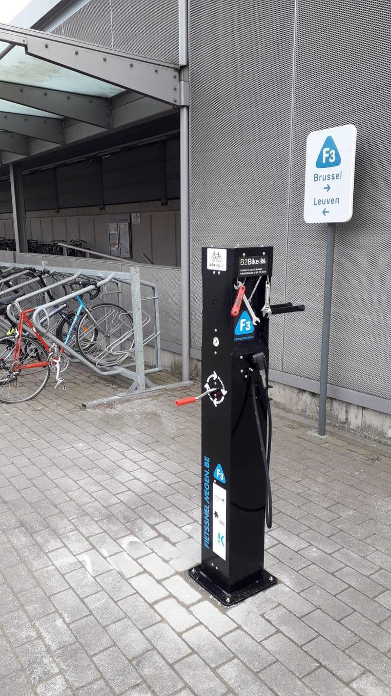 De herstelzuilen maken het voor fietsers mogelijk om hun tweewielers zelf te herstellen langs de F3-fietssnelweg.