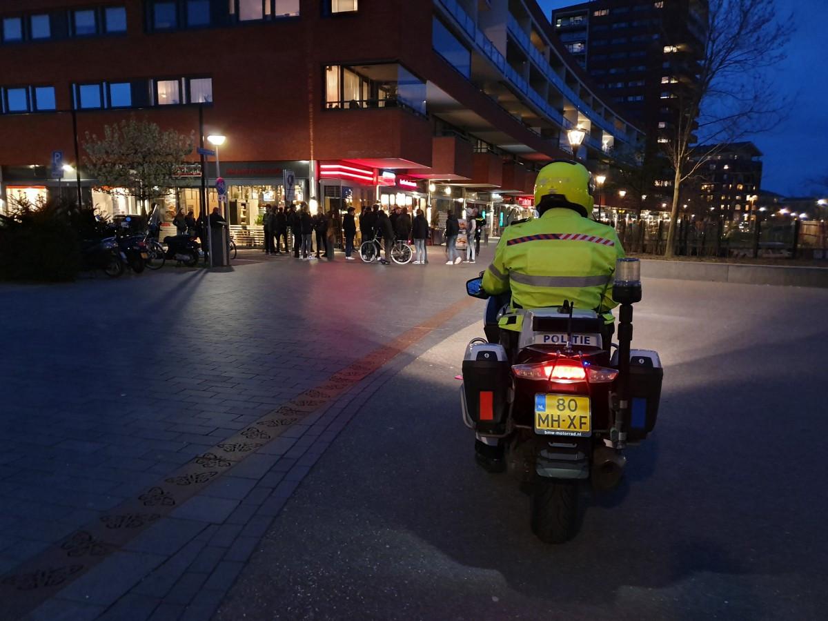 Jongeren zouden via Snapchat massaal afspreken om vuurwerk af te steken en samen te komen in het Sophiapark, nabij de Sophiapromenade in Hendrik-Ido-Ambacht. ,,De politie houdt met alle scenario's rekening'', zegt burgemeester Jan Heijkoop.