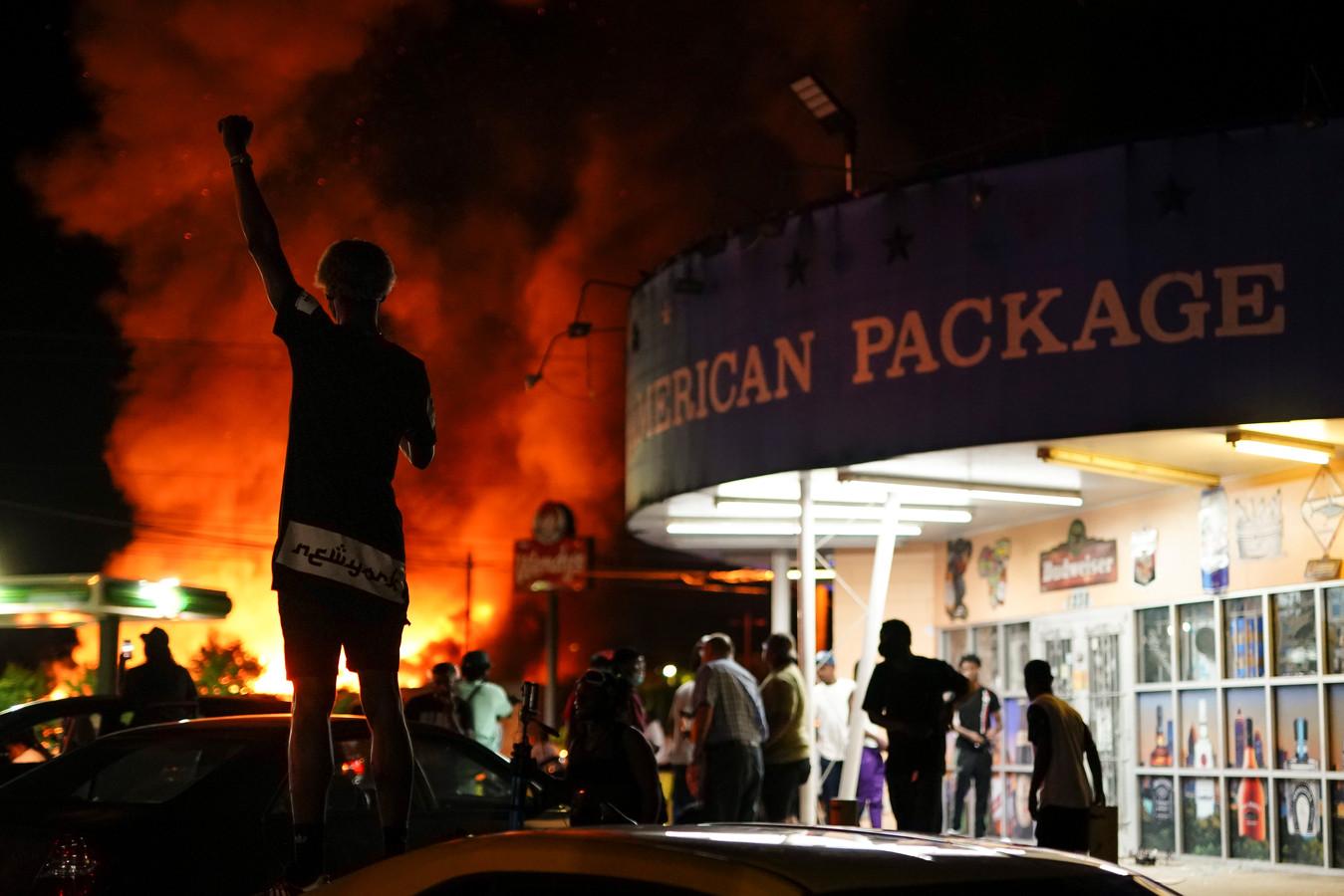 Het fastfoodrestaurant in Atlanta, waar vrijdag een zwarte man werd doodgeschoten door een politieagent, is afgebrand.