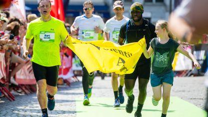 """VIDEO: Bart De Wever finisht tweede marathon in Antwerpen onder drukkende hitte: """"Ik ging echt dood"""""""