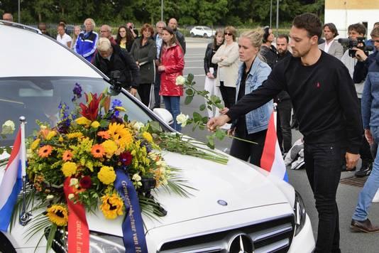 Kjeld Nuis legt een roos op de rouwauto.