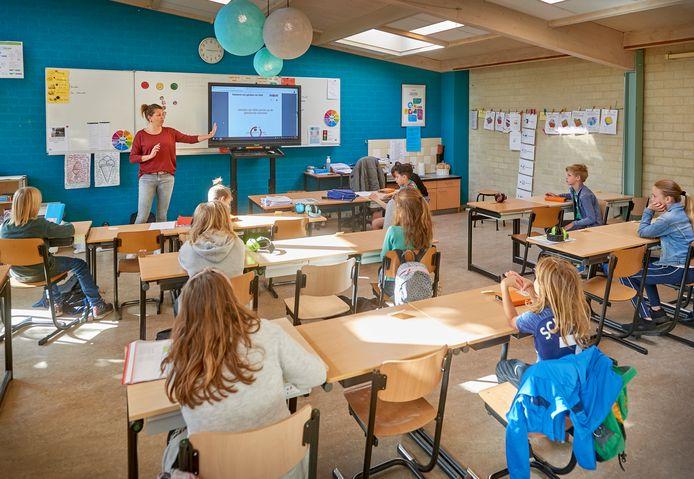 Linda van Driel geeft les aan groep 5. Basisschool De Bolderik in Heeswijk Dinther is weer opgestart.
