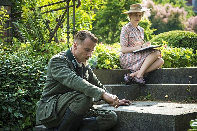 Matthias Schoenaerts als Bruno von Falk met Michelle Williams als Lucile Angellier in Suite Française. Beeld .
