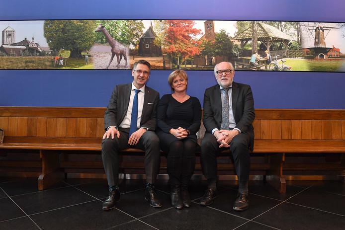 De burgemeesters Wim Hillenaar, Marleen Sijbers en Karel van Soest (vlnr) van Cuijk, Sint Anthonis en Boxmeer gaan samen de fusie voorbereiden.