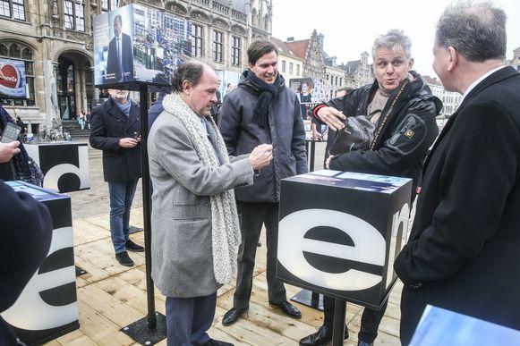 Minister Muyters (N-VA) en burgemeester De Clercq (Open Vld) bij de opening van de installatie.