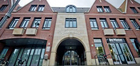 Scootmobielrijder uit Enschede rijdt tegen toegangsdeur gemeentehuis Denekamp