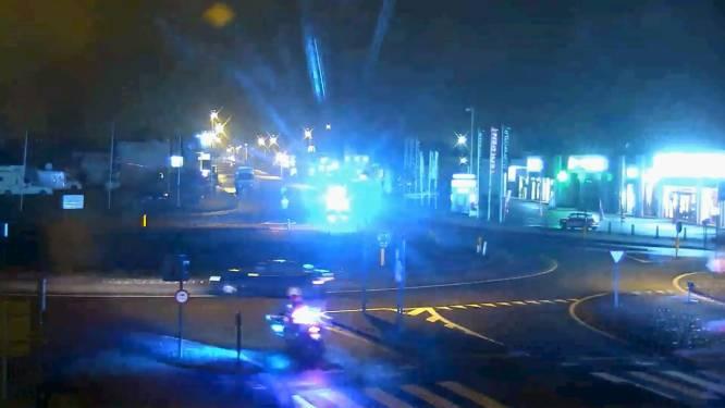 Camerabeelden tonen spectaculaire achtervolging van Middelkerke tot in Oostende, waarbij bestuurder rotonde verkeerd oprijdt