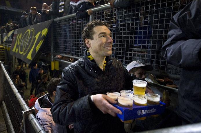 Bier halen bij NAC, de bekers passen nog net op het blaadje. FOTO Roy Lazet/het fotoburo.