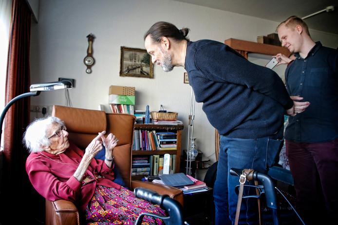 Sympathisant en ondertekenaar van het manifest Hugo Borst praat met de 100-jarige mevrouw Piël, bewoonster van zorgcentrum Tuindorp-Oost. Rechts Wouter Smink, een van de initiatiefnemers van het manifest 'Geef ouderen hun stem terug'.
