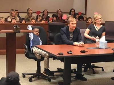 Michael (5) nodigt zijn hele kleuterklas uit bij adoptiezitting