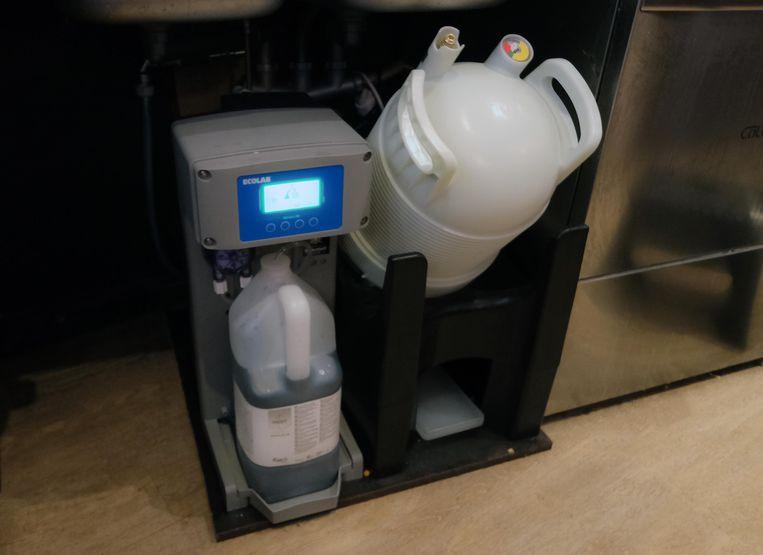 Er wordt niet met CO2, maar op luchtdruk getapt. En de horecabaas kan de leidingen zelf reinigen, om de 45 dagen.