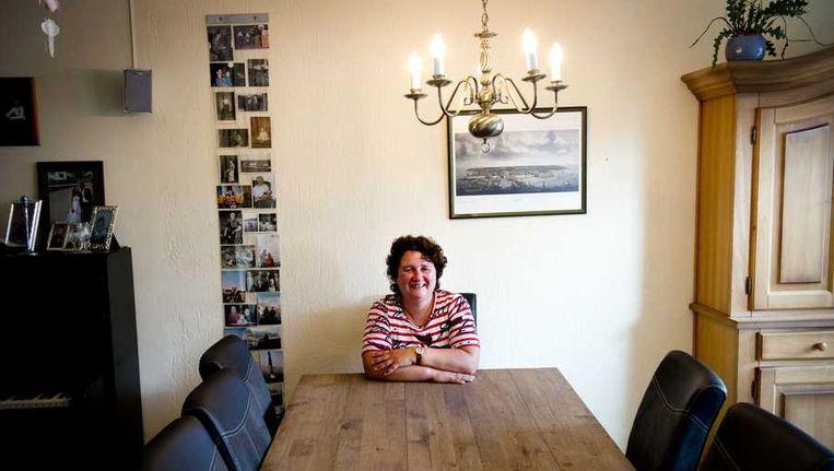 Lilian Janse poseert in haar huiskamer. Janse uit Vlissingen is de eerste vrouw die zich namens de SGP kandidaat heeft gesteld voor de verkiezingen. Beeld anp