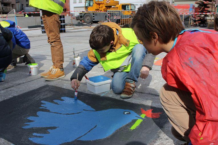 De leerlingen van de Academie voor Schone Kunsten maakten gisteren schilderijen tegen geweld. En vergaten uiteraard de vredesduif niet.