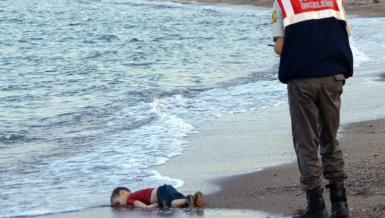 Het lichaam van Alan Kurdi, aangespoeld op het strand van Bodrum in Turkije. Beeld ap