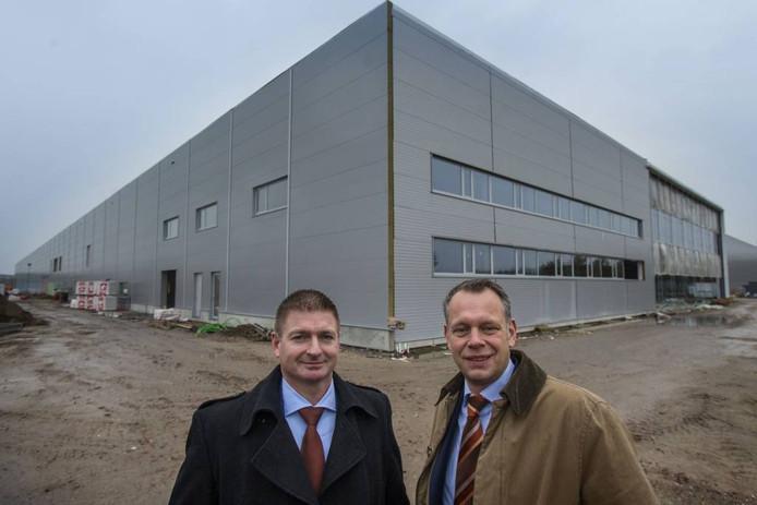 Directeur Marco Snoeren (links) en Hans-Jan Oskamp voor het pand dat voor Can Pack wordt gebouwd in Helmond. Foto René Manders/fotomeulenhof.