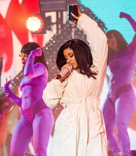 Cardi B craque son body sur scène et finit son concert en peignoir