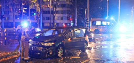 Ravage na botsing auto's op Papsouwselaan in Delft