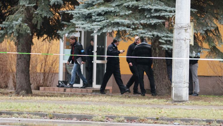 Agenten voeren een onderzoek bij het restaurant waar de man een bloedbad aanrichtte.