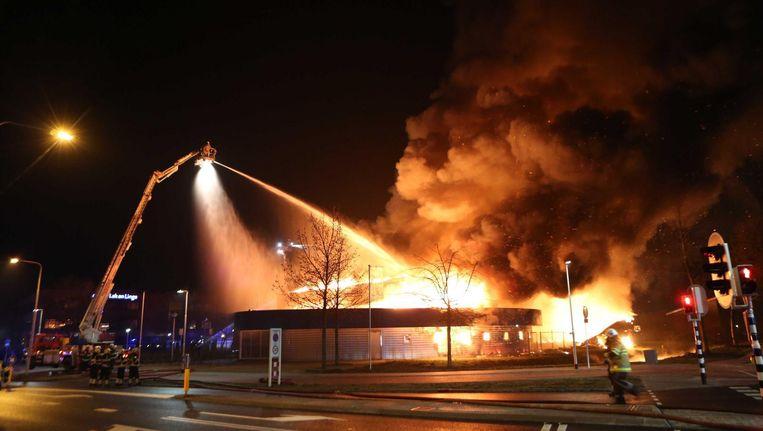 Een grote brand in een leegstaand zwembad, waar de komst van een moskee stond gepland. Beeld anp